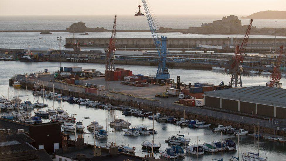التهديد بقطع إمدادات الكهرباء عن جيرسي جاء على لسان وزيرة البحرية الفرنسي