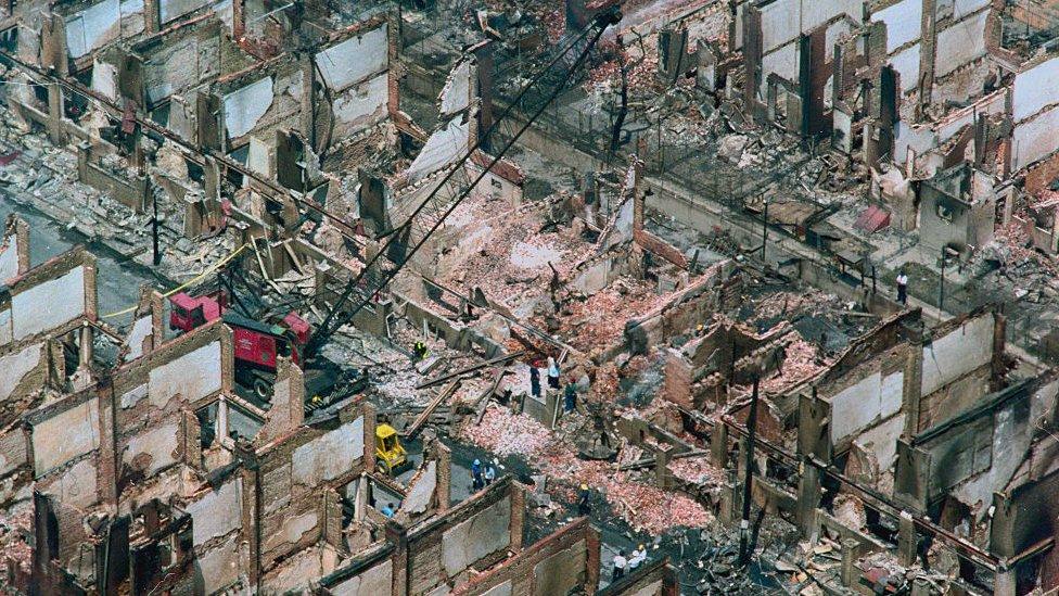 Restos de los edificios incendiados en 1985 por una bomba de la policía de Filadelfia