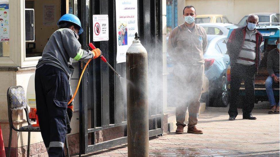 Un trabajador desinfecta cilindros de oxígeno en El Cairo, Egipto.