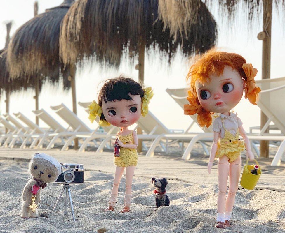 Las muñecas en la playa