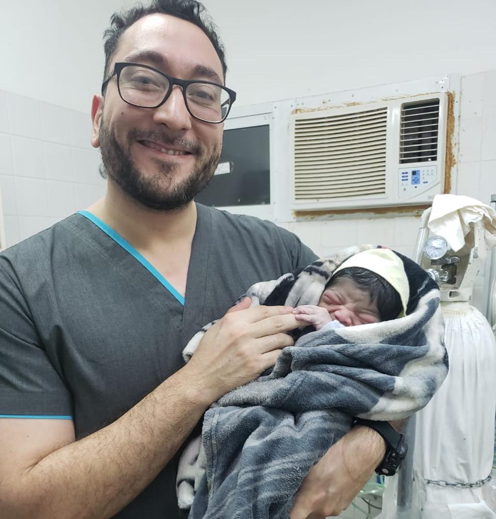 Daniel Gatica com um recém-nascido