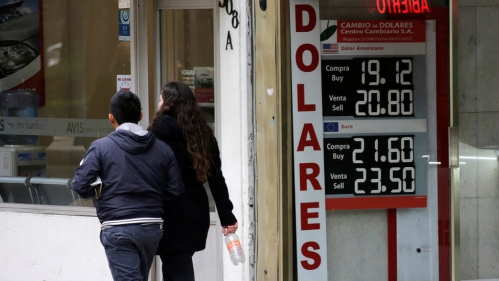 Exchange rates of the Mexican peso against the dollar and the euro in Mexico City, 15 November 2016