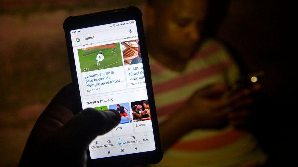 Gente con celulares en Cuba, 2019