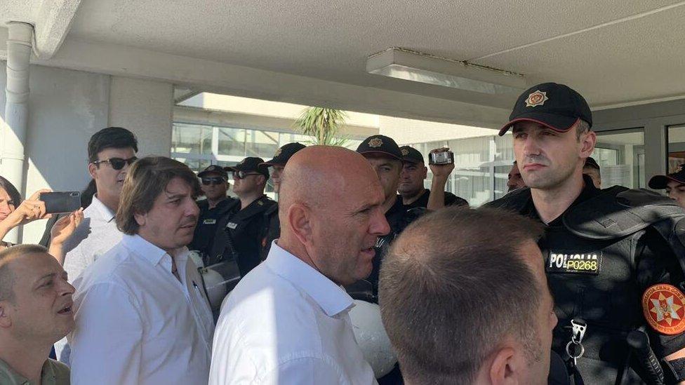 Smenjeni odbornici pred policijom ispred Opštine Budva, jun 2020.