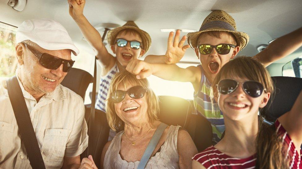 Familia con gafas de sol