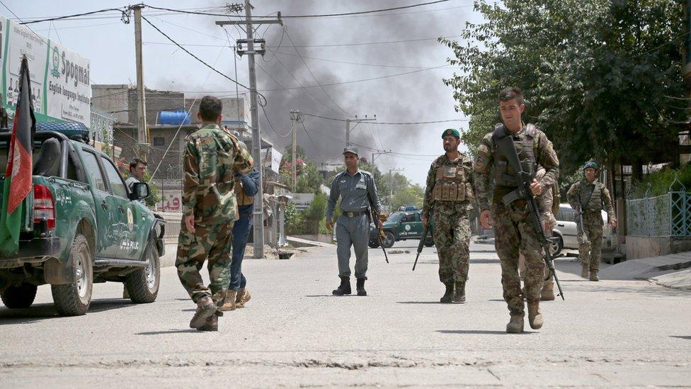 جنود يأمنون الطريق قبالة مركز تدريب القابلات الذي وقع فيه الهجوم