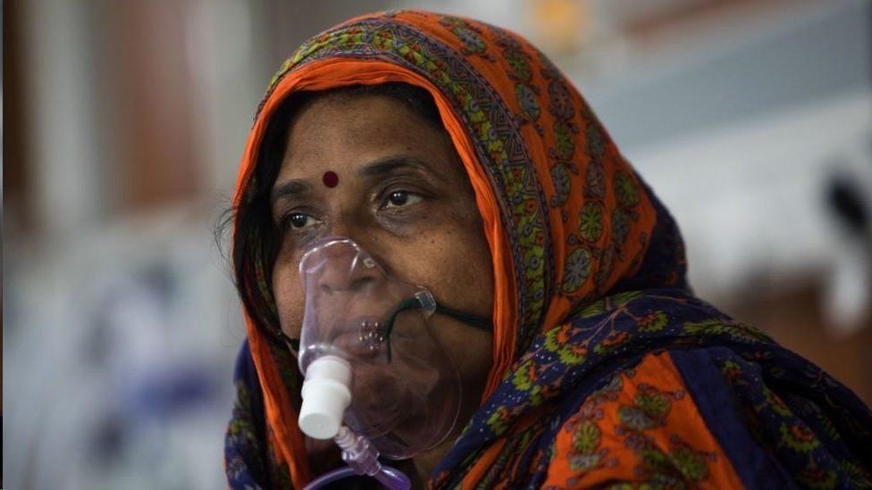 Mujer con un respirador.