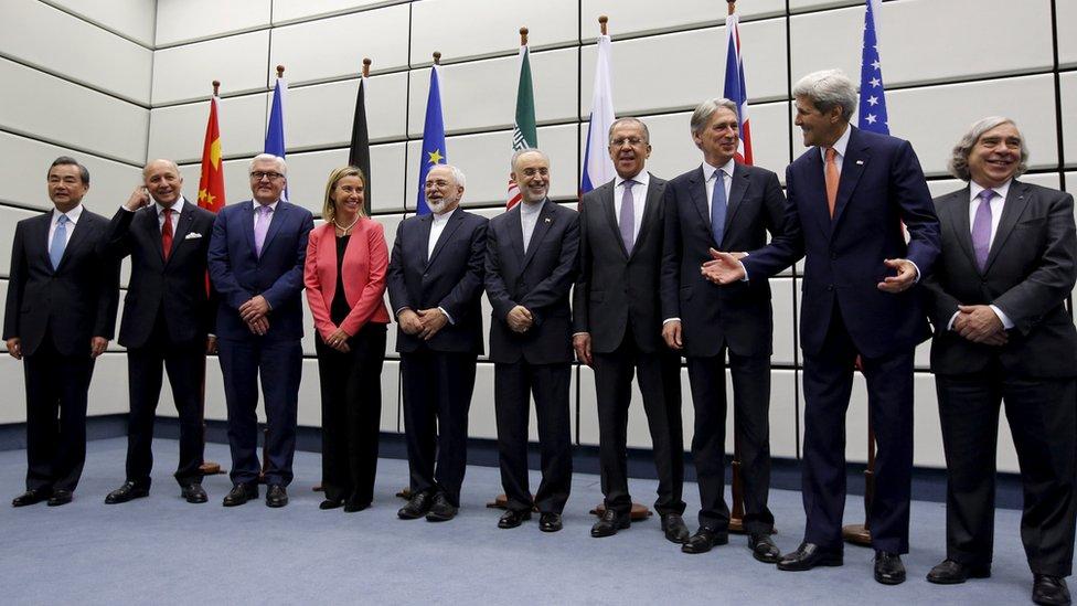 شارك الروسي سيرجي لافروف (الرابع من اليمين) في مفاوضات الاتفاق النووي لعام 2015 مع ظريف