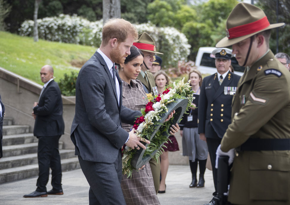 The couple laying a wreath