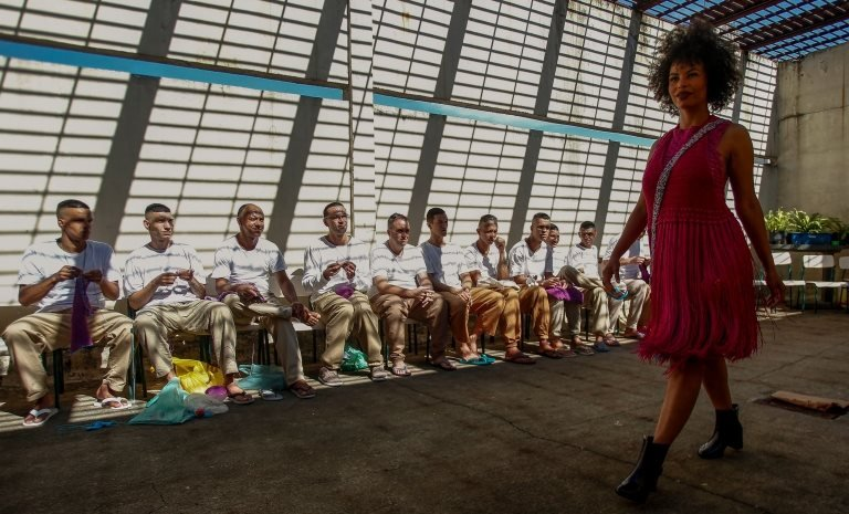 عارضات أزياء تشاركن في عرض ملابس صممها نزلاء سجن برازيلي