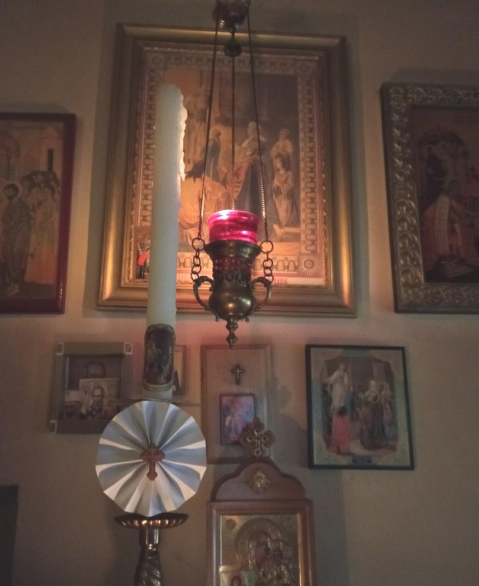 kandilo, sveća i ikona Svetog Nikole