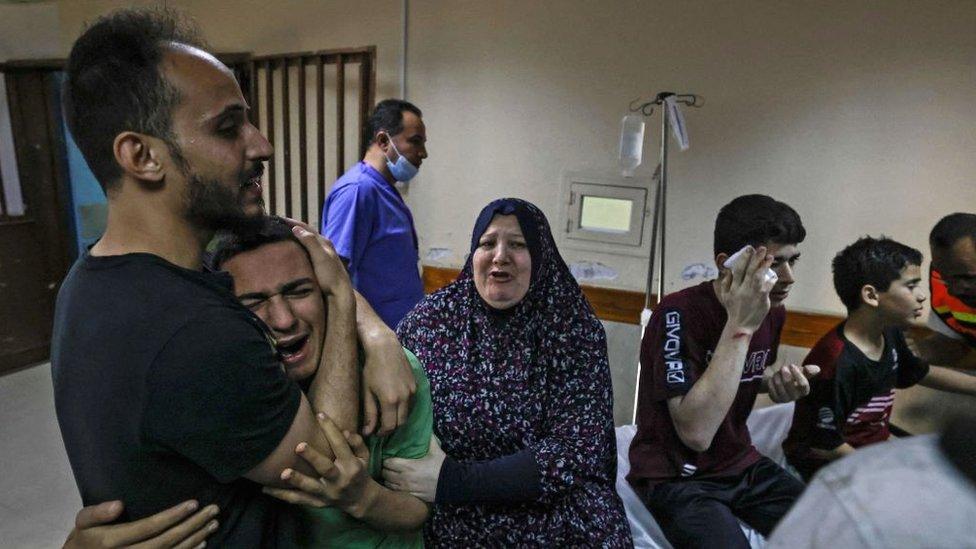 La familia Abu Dayer llora a sus familiares.
