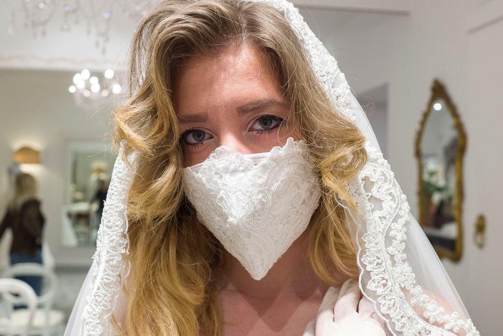 Traje de novia con mascara protectora