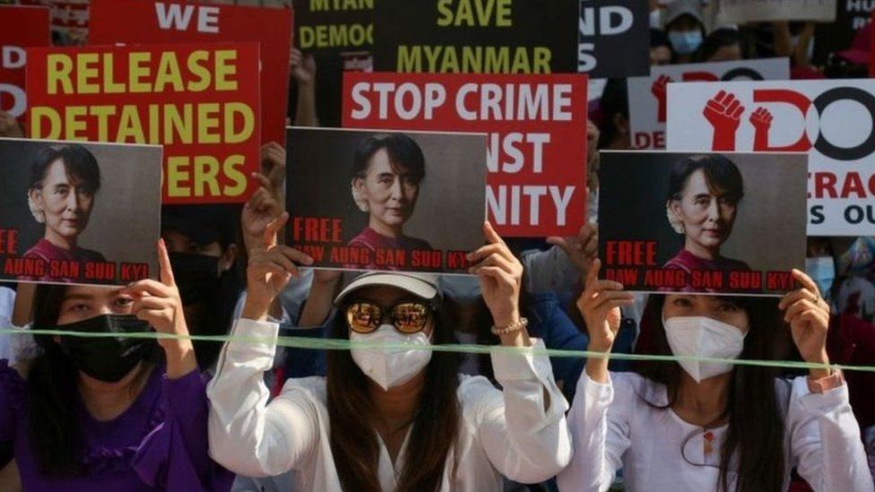 Selain menentang kudeta, para demonstran juga menuntut dibebaskannya Aung San Suu Kyi.