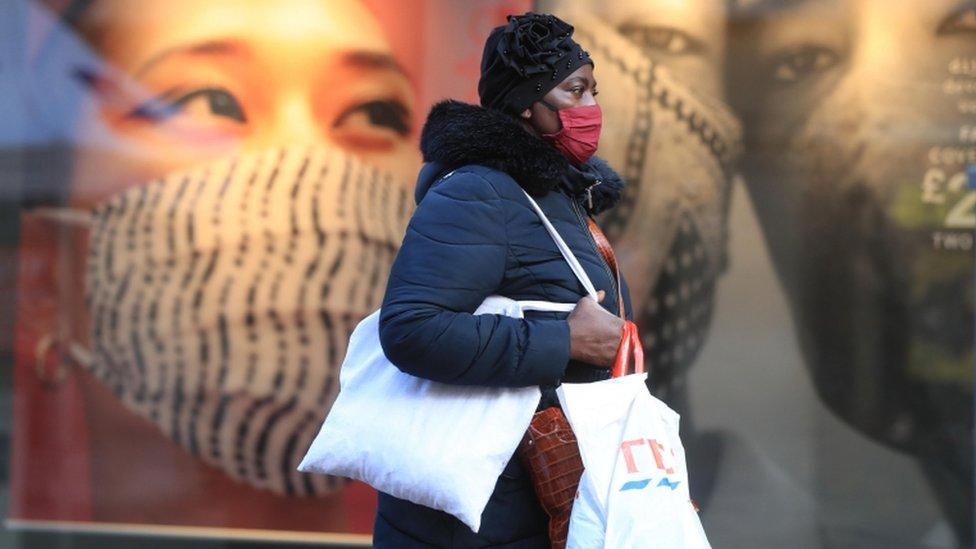 امرأة تضع قناع وجه