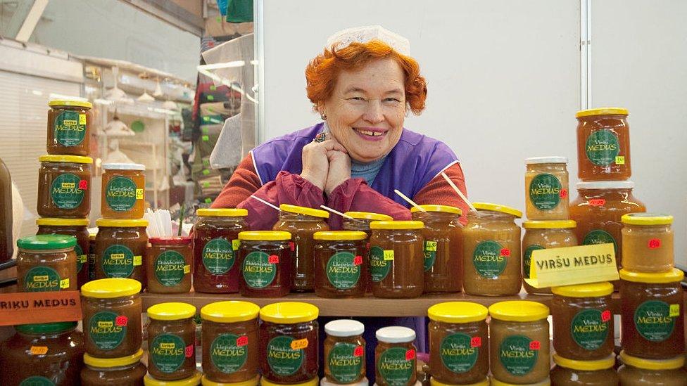 Vendedora de miel en Letonia