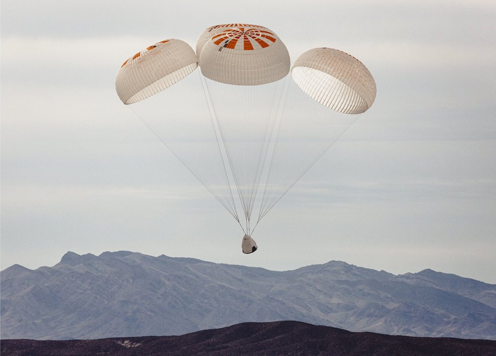Dragon kapsülü paraşütle Florida'nın 30 km açıklarında denize indi.