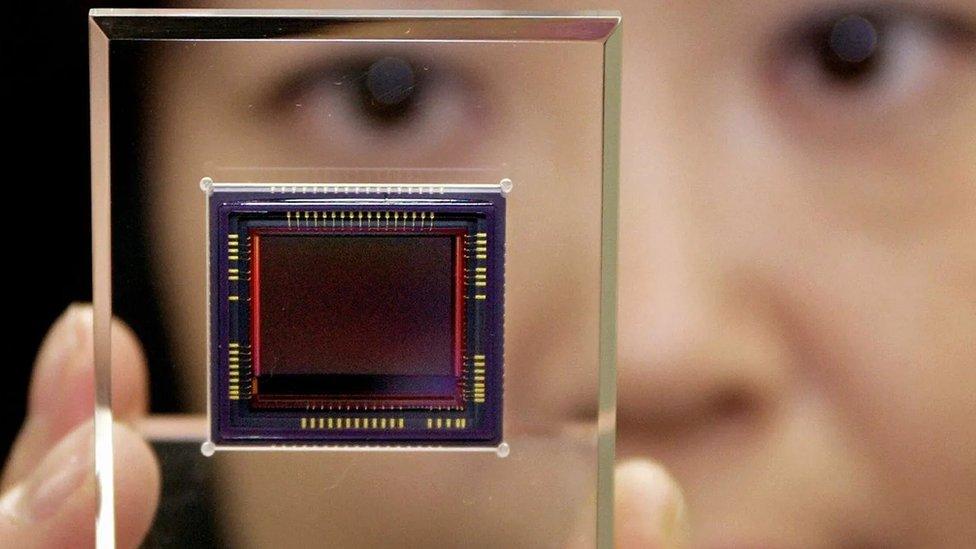 Sensor cahaya dalam kamera digital memiliki cacat-cacat kecil yang dapat berfungsi sebagai sidik jari.