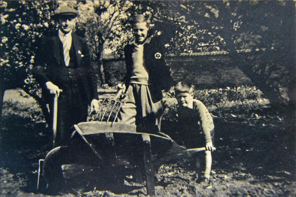 Džim Vilson sa bratom i ocem u bašti