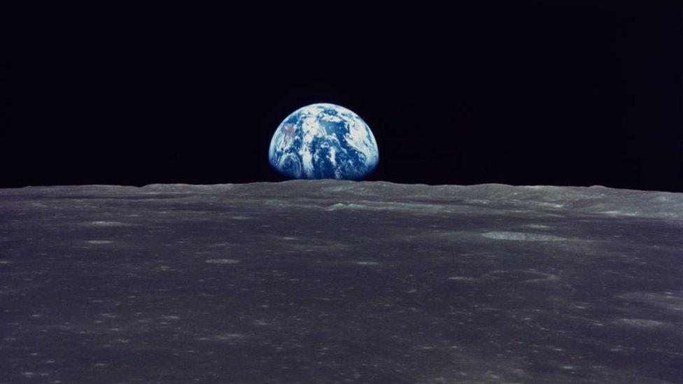 El ascenso de la Tierra, fotografiado por el Apolo 11 en julio de 1969.