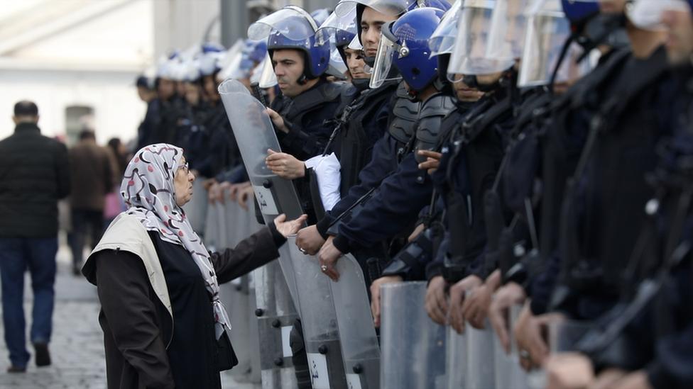 نيسا عماد تتحدث إلى شرطة مكافحة الشغب