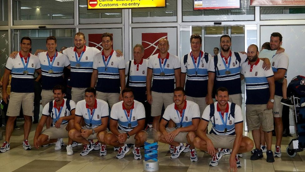 Reprezentacija Srbije na beogradskom aerodromu posle prvenstva Evrope u Barseloni