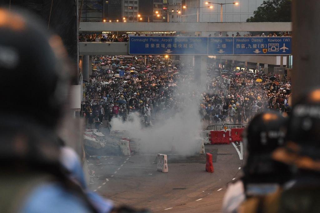 6月12日,數以萬計的抗議者封鎖了香港中心商業區的主要道路。
