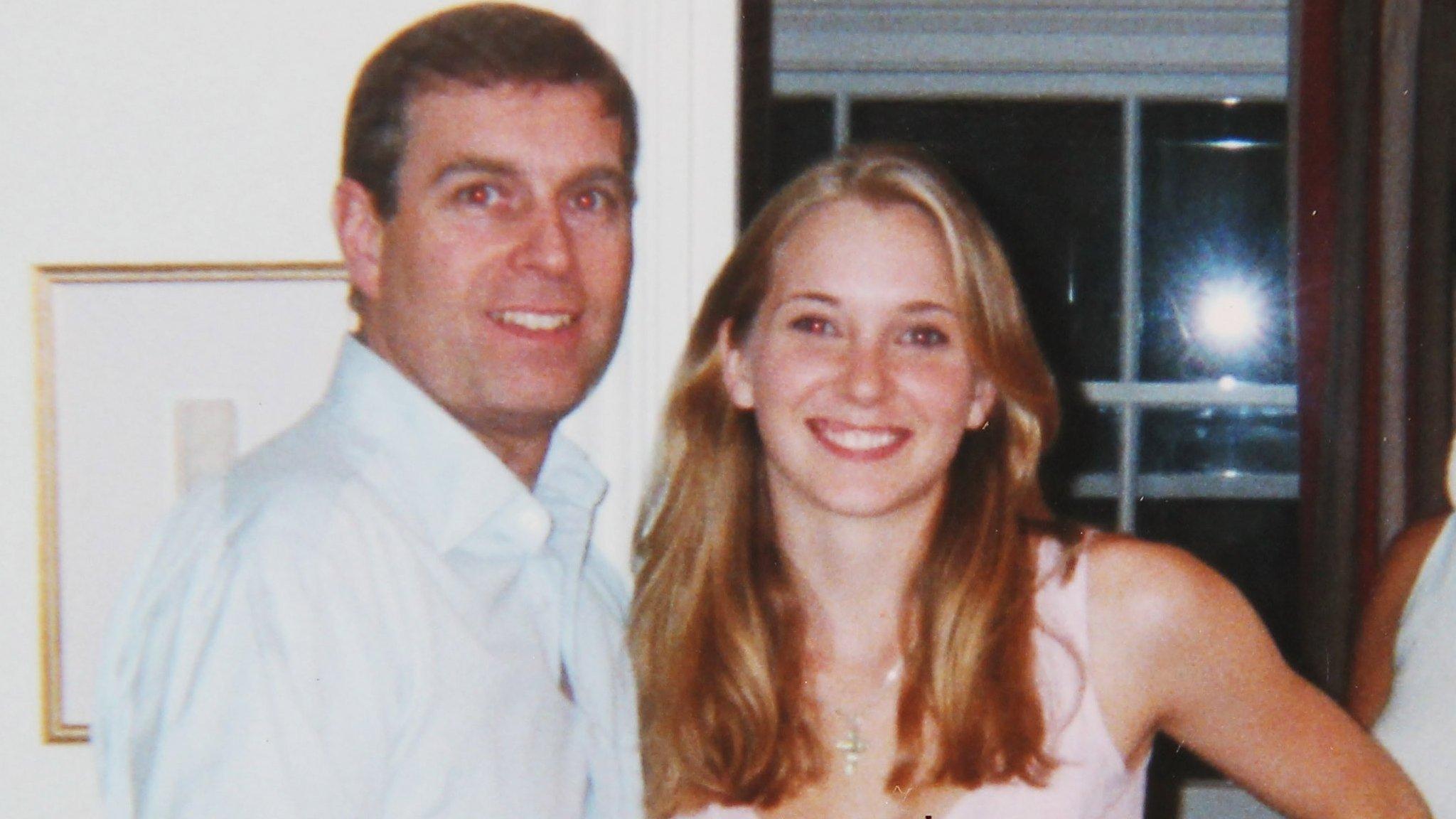 Virginia Giuffre con el príncipe Andrés en Londres en 2001