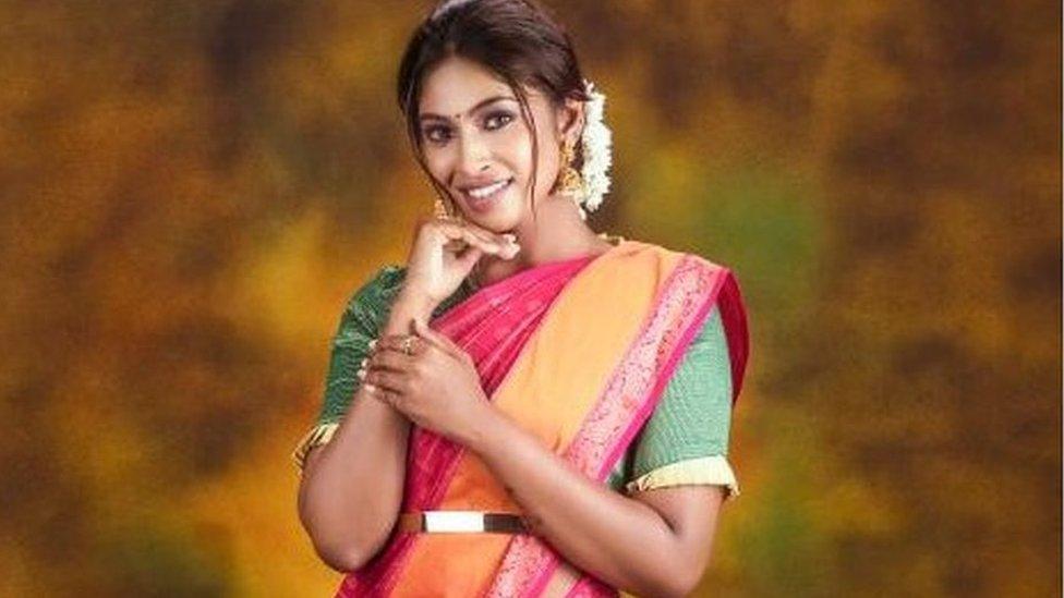 Suruthi Periyasamy en un comercial de joyas