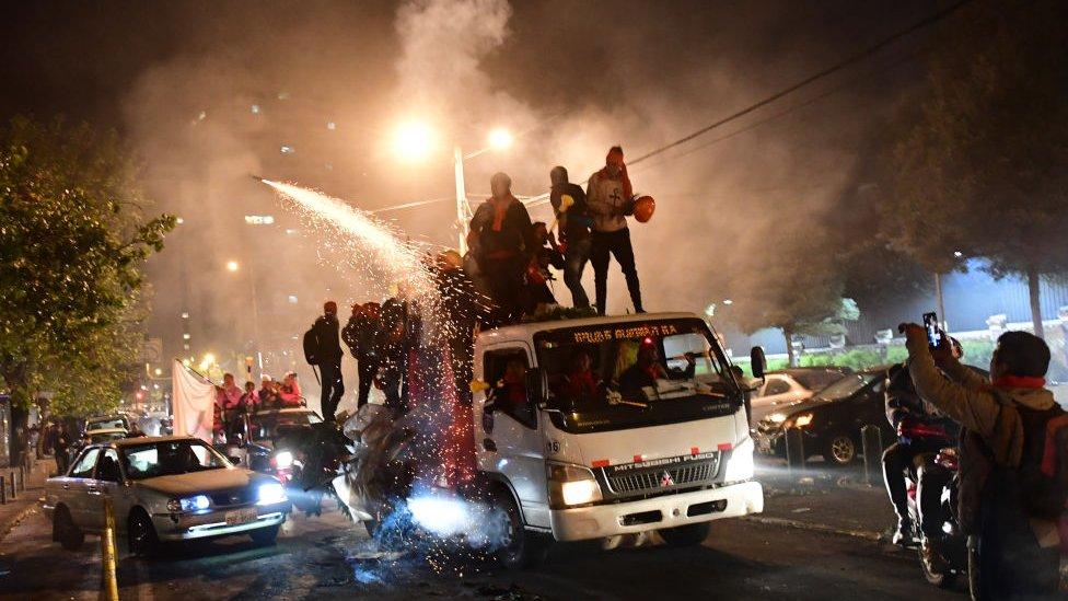 Varias personas subidas a un camión en Quito, Ecuador, en las protestas contra el fin de los subsidios a los combustibles a mediados de octubre