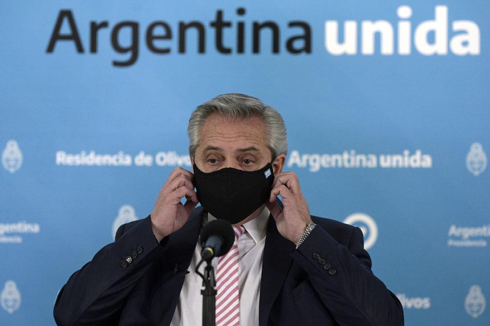 O presidente da Argentina, Alberto Fernández, usa uma máscara