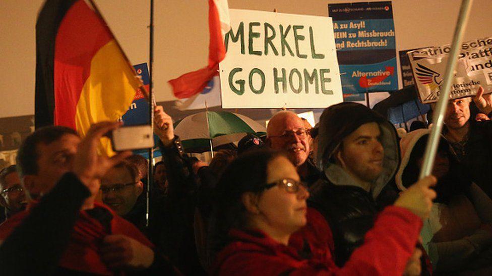 متظاهرون ألمان يرفعون شعارات مناهضة لأنغيلا ميركل