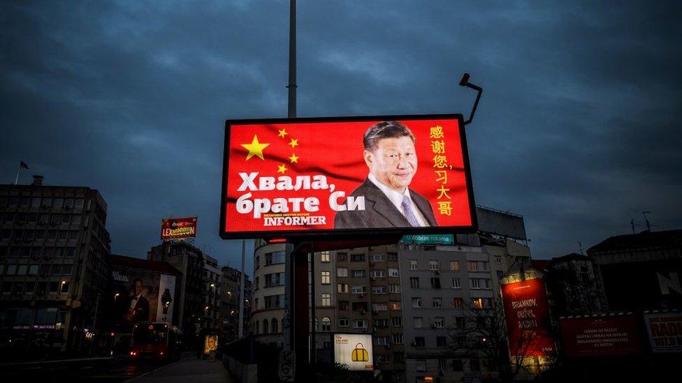 """Una fotografía del 30 de marzo de 2020 de una valla publicitaria con la cara del presidente chino Xi Jinping y las palabras """"Gracias hermano Xi"""", en un concurrido bulevar de Belgrado, Serbia."""