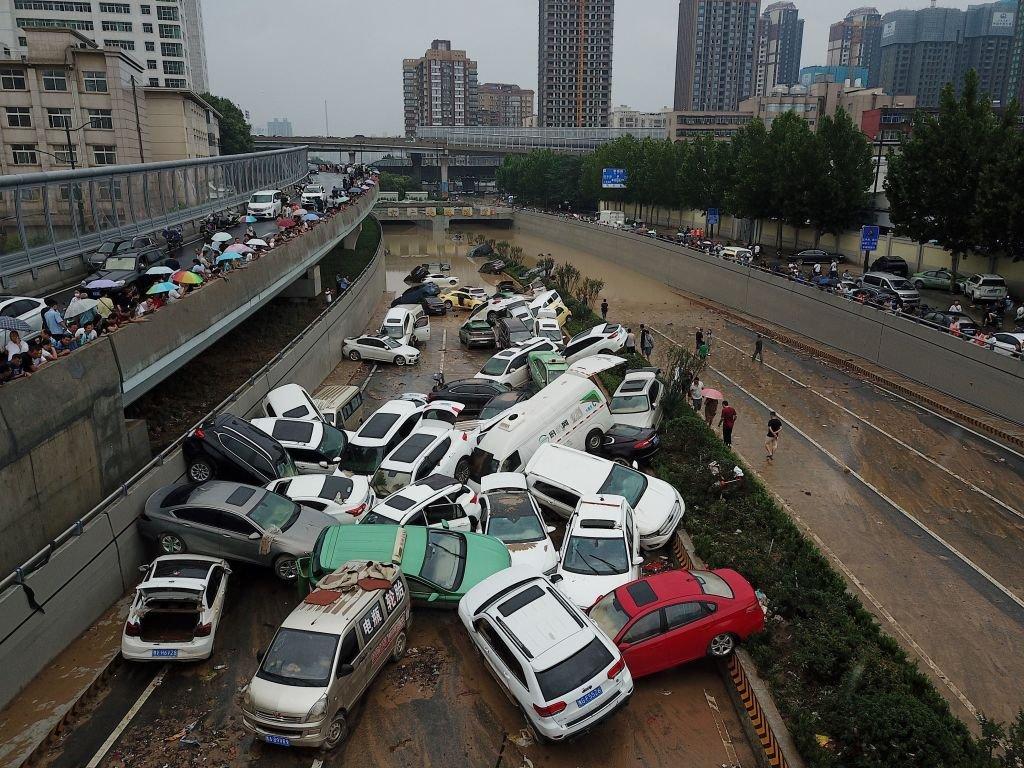 洪水過後,很多車輛堆在一起。
