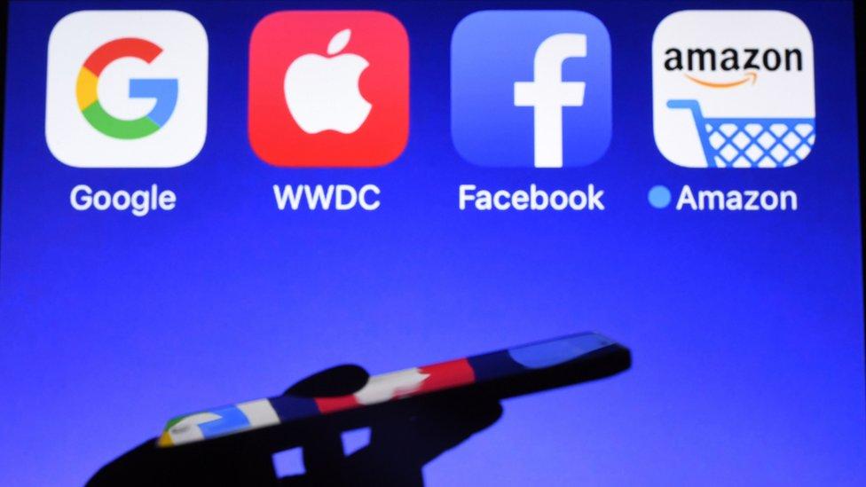 Logos de apps de Google, Apple, Facebook y Amazon en una pantalla