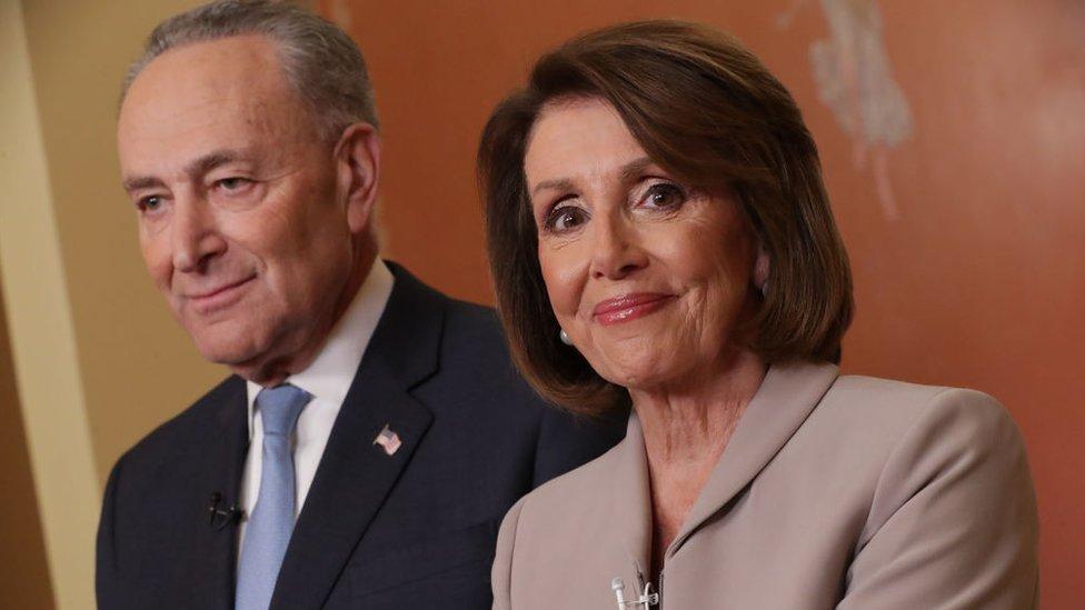 La presidenta de la Cámara de Representantes, Nancy Pelosi, y el líder de la minoría demócrata en el Senado, Chuck Schumer, son miembros de la Banda de los 8.