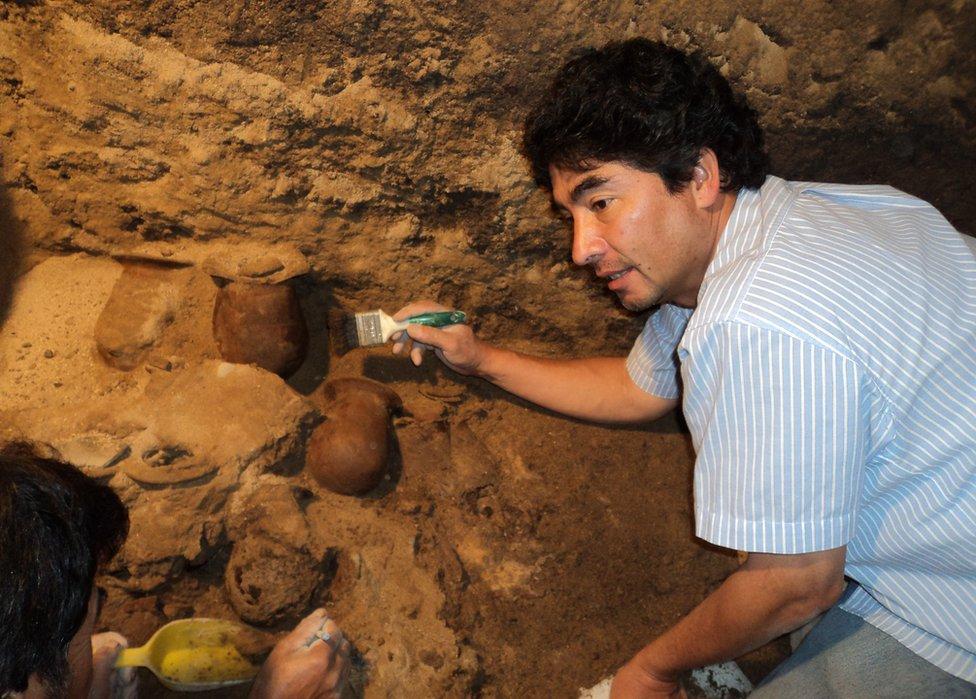 Arqueólogo Sergio Gómez trabajando.