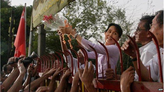 سو تشي عند إطلاق سراحها عام 2010