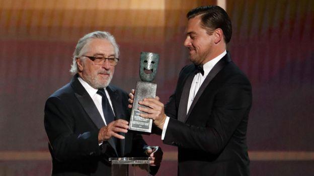 ليوناردو دي كابريو يسلم روبرت دي نيرو الجائزة