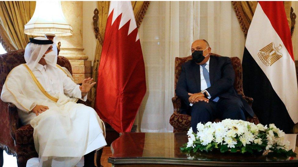 سلم وزير الخارجية القطري دعوة الشيخ تميم للرئيس السيسي لزيارة الدوحة خلال زيارته للقاهرة