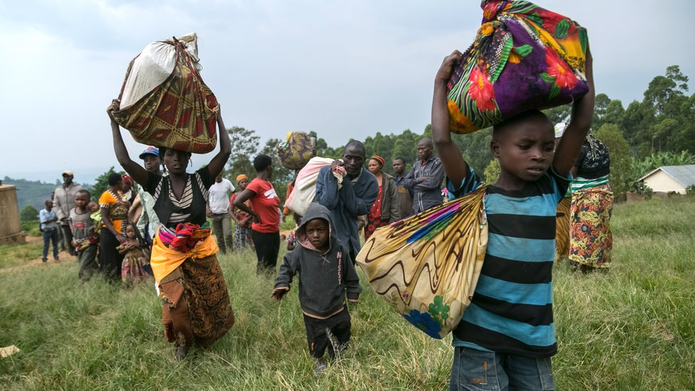 Congolese families fleeing to Uganda