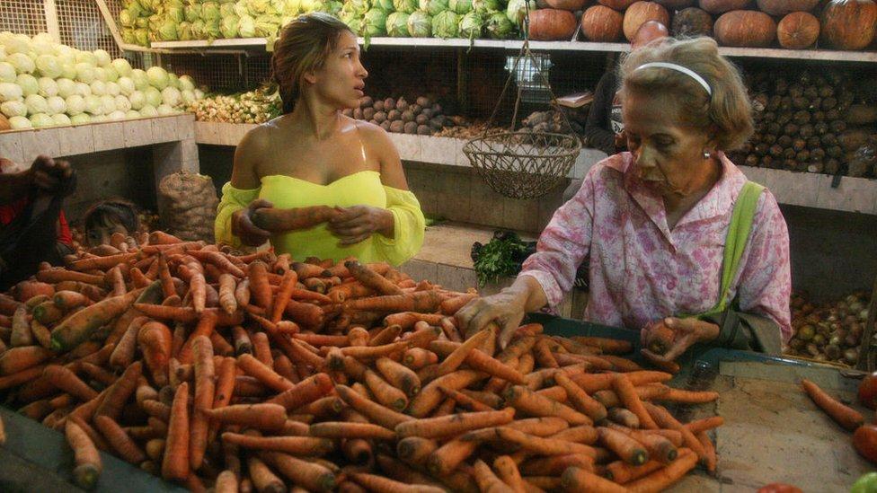 Unas mujeres comprando en un mercado en Maracaibo.