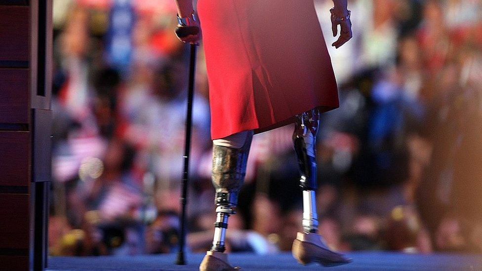 穿上義肢的達克沃斯在丹佛民主黨全國代表大會上演說完畢後走下講台(27/8/2008)