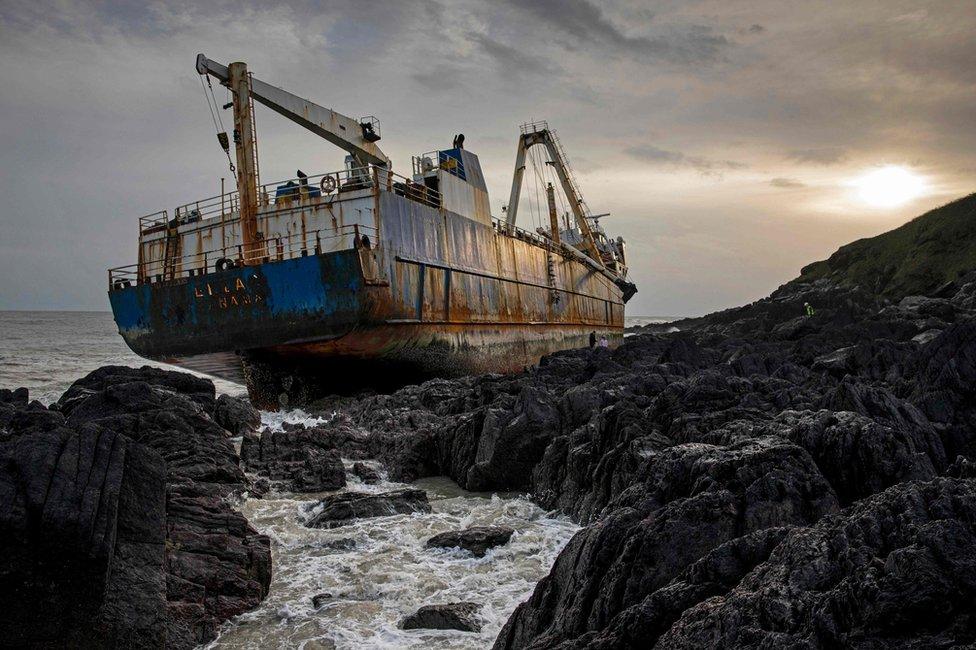 Imagen del barco fantasma abandonado Alta atrapado en las rocas de la costa irlandesa