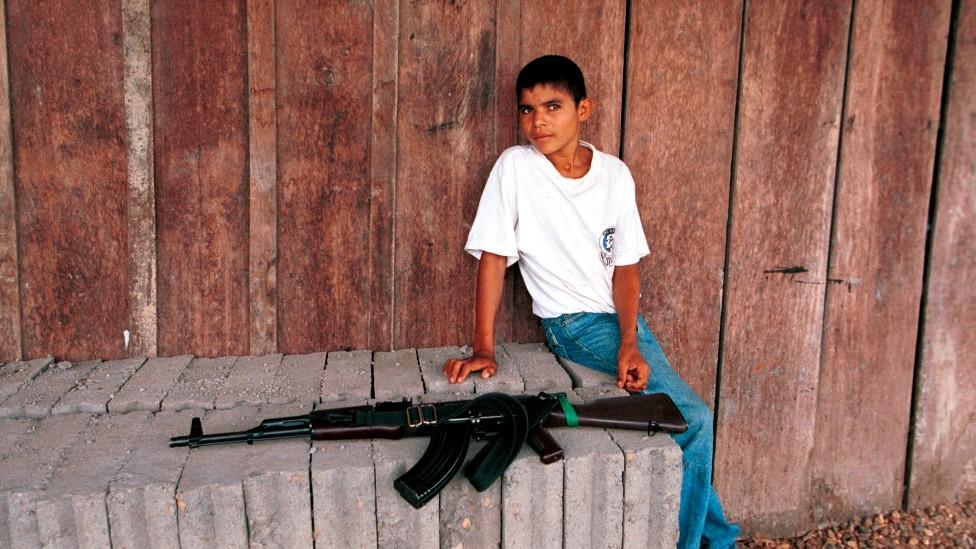 Joven y pistola