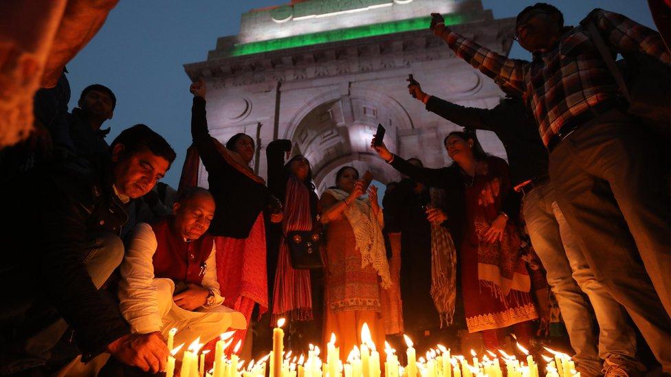 مجموعة من الهنود يضيئون الشموع على أرواح ضحايا التفجر