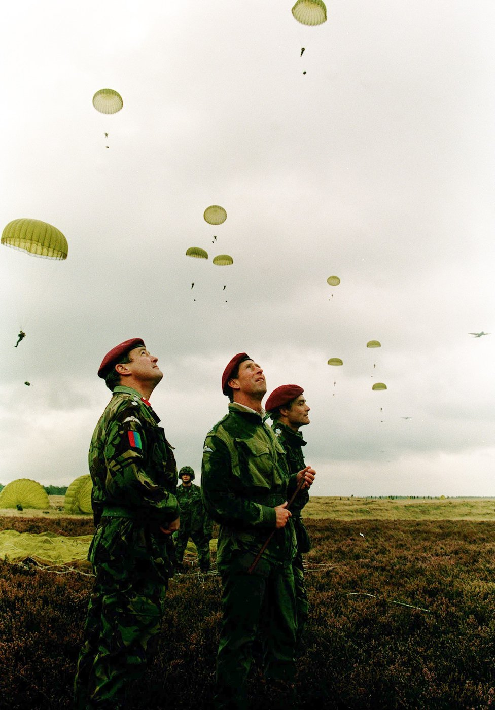 Princ Čarls posmatra britanske trupe