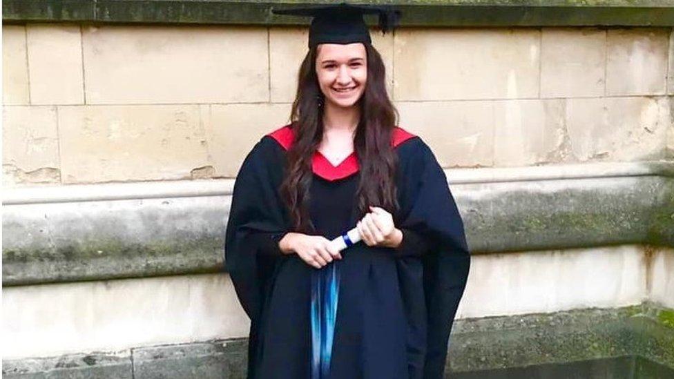 Georgia vestida con su traje de graduación de la universidad.