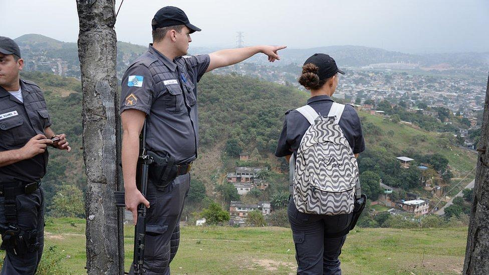 Policías brasileños planifican una redada en Baixada Fluminense, un barrio de Río de Janeiro controlado por el Comando Vermelho.