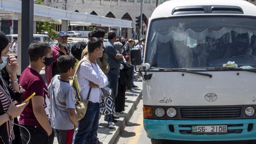 Građani čekaju u redu da uđu u autobus pošto je jordanska vlast popustila restriktivne mere